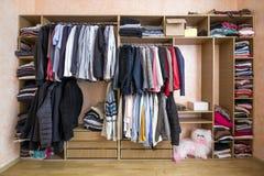 Garderobe voll von unterschiedlichen Männern und von Frauenkleidung Lizenzfreie Stockfotografie