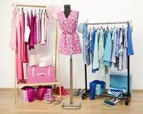 Garderobehoogtepunt van alle schaduwen van blauwe en roze kleren, schoenen en toebehoren. stock afbeelding