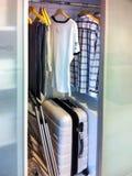 Garderoben för den tonårs- pojken visar hans förtjust av att resa och minimalism royaltyfri bild