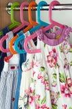 Garderoben med behandla som ett barn klänningar Royaltyfri Foto