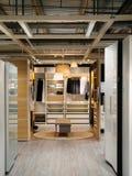 Garderobenkabinettlehnsessel an IKEA-Speicher Stockbilder