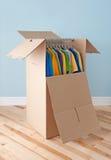 Garderobenkasten mit Kleidung, bereiten für das Bewegen vor lizenzfreie stockbilder