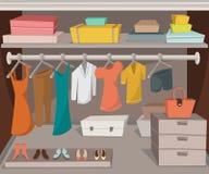 Garderobenraum mit Kleidung, Schuhen und Kästen Lizenzfreies Stockfoto
