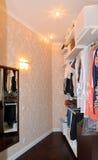 Garderobrummet i den moderna lägenheten royaltyfri fotografi