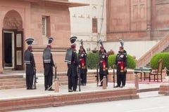 Gardes à la mosquée de Badshahi, Lahore, Pakistan image stock