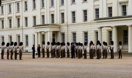 Gardes de cheval à Londres attendant pour être inspecté image stock