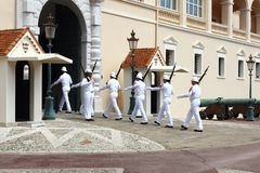Gardes de marche, palais du ` s de prince, ville du Monaco Image stock