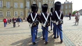 Gardes de vie royales devant le palais d'Amalienborg, Copenhague, Danemark banque de vidéos