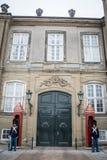 Gardes devant la maison Amalienborg d'hiver de familles royales copenhague denmark photographie stock libre de droits