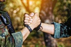 Gardes forestières célébrant le succès, battant avec des mains Travail d'équipe concentré Photos stock