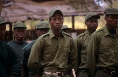 Gardes forestières pendant un foret en stationnement national de Gorongosa Images stock