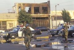 Gardes nationaux et voitures de police patrouillant pendant 1992 émeutes, Los Angeles centrale du sud, la Californie Photos stock