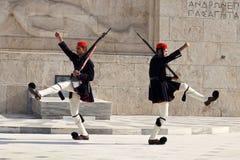 Gardes présidentielles marchant à la tombe du soldat d'Uknown à Athènes Photo stock