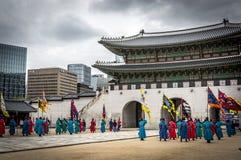Gardes royales près de la porte du palais de Séoul Images stock