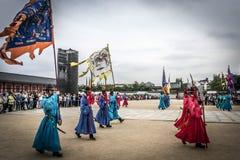 Gardes royales près de la porte du palais de Séoul Image stock