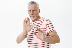 Gardez à partir de moi Homme supérieur contrarié intense avec la barbe grise et moustache dans la réaction de froncement de sourc photos libres de droits