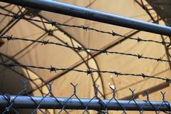 Gardez ! Fixez la clôture avec la barrière de barbelé Images libres de droits