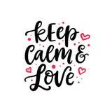 Gardez le calme et aimez Lettrage tiré par la main de brosse de jour de valentines Photographie stock libre de droits