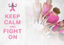 Gardez le calme et combattez sur le texte avec des femmes de conscience de cancer du sein remontant des mains Image libre de droits