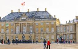 Gardez le changement d'Amalienborg de Copenhague en hiver Image stock