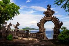Gardian statyport på den ingångsBali templet Royaltyfria Foton