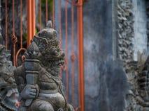 Gardianstandbeeld bij de de tempelingang van Bali Stock Afbeelding