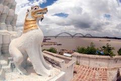 Gardien à la pagoda de Yat de kyat de Shwe près du pont d'Inwa, Myanmar Photographie stock libre de droits