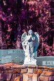 Gardien Angel Resting sur une pierre tombale dans l'infrarouge photos stock