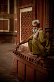 Gardien chez Taj Mahal Mosque Images libres de droits