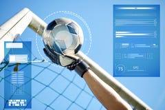 Gardien de but avec la boule au but du football au-dessus du ciel Photographie stock