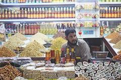 Gardien de boutique s'asseyant dans la boutique Images libres de droits