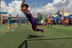Gardien de but cambodgien dans des économies de essai d'action la boule photographie stock