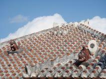 Gardien de chien de lion de Shisa sur un toit de tuile traditionnel dans l'Okinawa, Japon Photos libres de droits
