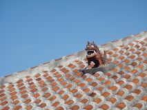 Gardien de chien de lion de Shisa sur un toit de tuile traditionnel dans l'Okinawa, Japon Photo libre de droits