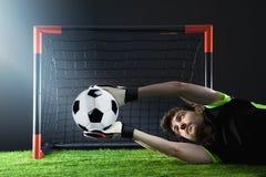 Gardien de but défendant un coup-de-pied faisant le coin Le football Match de Fotball Concept de championnat avec du ballon de fo Photo libre de droits