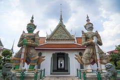 Gardien de deux géants chez Wat Arun Photographie stock libre de droits