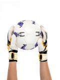 Gardien de but du football avec la boule dans sa main sur le fond blanc Image stock