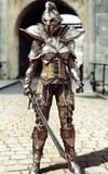 Gardien de la porte Garde entièrement blindée de position de chevalier de femelle illustration stock