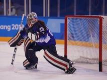 Gardien de but olympique Nicole Hensley des Etats-Unis d'équipe de champion dans l'action contre Team Olympic Athlete de Russie Photographie stock libre de droits