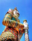 Gardien de porcelaine à un temple à Bangkok, Thaïlande Photos stock