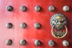 Gardien en bois rouge traditionnel de porte de Chinatown Photo stock