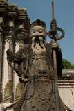 Gardiens en pierre géants dans le temple thaï. Images libres de droits
