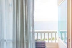 gardin som litet är öppen i det bekväma rummet med havssikt tillbaka Arkivfoton