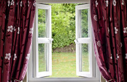 gardiner draperade det öppna fönstret Fotografering för Bildbyråer