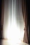 Gardiner och stängda rullgardiner med ljust tillbaka ljus Royaltyfri Foto