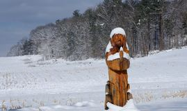 Gardners, PA/de V.S. - Maart 2019: Standbeeld van Jesus met sneeuw op koude, de winterdag wordt behandeld die stock foto