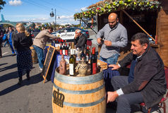 Ägare av privata vinföretag framlägger deras vin för att smaka på festivalen Arkivfoto
