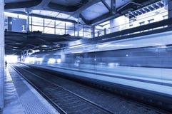 Gare avec le train dans le mouvement. Photos libres de droits