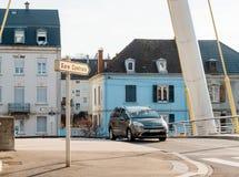 Gare Centrale undertecknar den centrala drevstationen in staden och den Citroen bilen Arkivbild