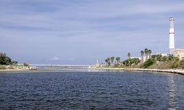 Gare d'énergie électrique dans la TLV avec le fleuve de yarkon Photographie stock